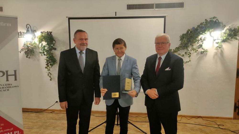 Zdjęcie przedstawia odbiór wyróżnienia Marka Śląskie przez Burmistrza Klaudiusza Kandzię. Na fotografii Prezydent Gliwic i Prezes gliwickiej Izby